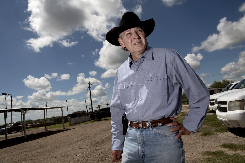 foto : jerker ivarsson : usa.texas, falfurrias. flyktingknŠck.  urbino martinez sheriff